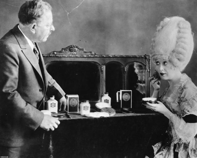 Позднее он переехал в Санкт-Петербург, где стал работать в Оперном театре, занимаясь костюмами и гримом. Загримированные Макс Фактором актеры, играли перед Николаем II, и вскоре имя талантливого гримера стало широко известно среди знати. В 1904 году эмигрировал вместе с семьей в США, где основал уже легендарную фирму.