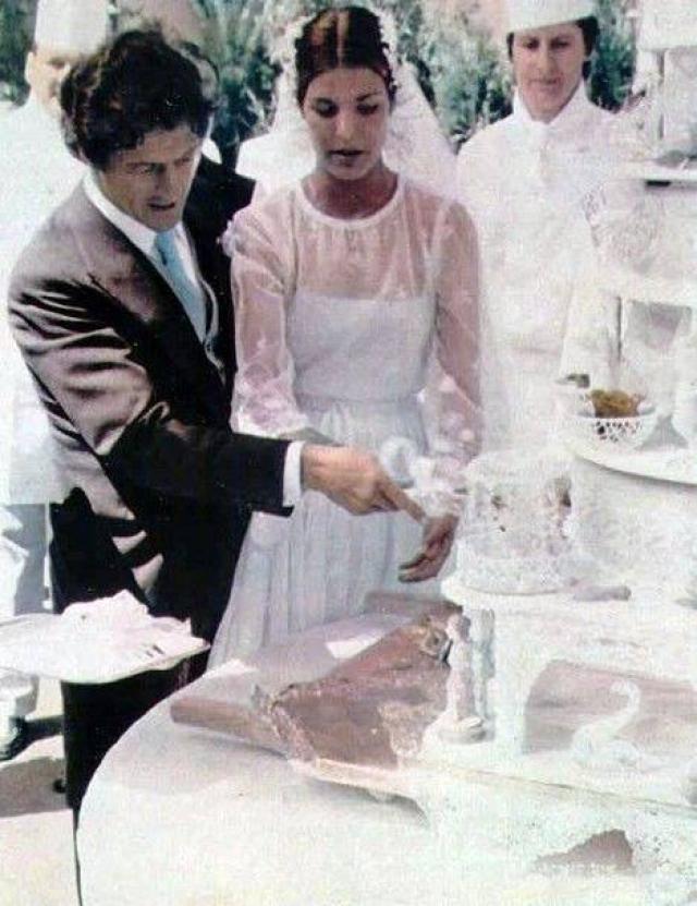 На Каролине было нежное платье из тюля, которое сшил дизайнер Марк Боан, работавший тогда для модного дома Christian Dior.
