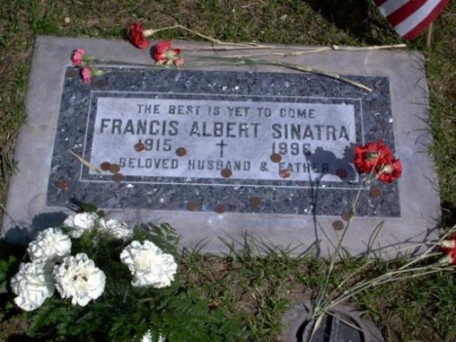 """Его надгробный камень украшает надпись: """"Все лучшее еще впереди""""."""