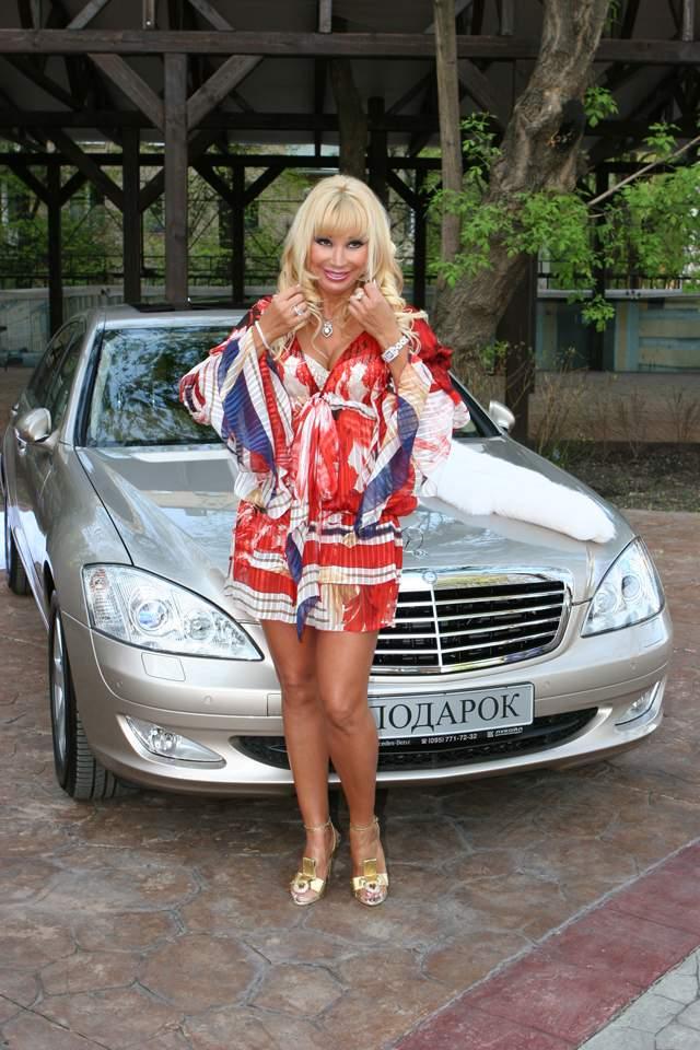 А вот Mercedes-Benz S-Класс стоимостью 13 млн рублей, салон которого изготовили эксклюзивно для них (с тончайшей бежевой кожей и дорогим деревом на панелях; в задней части салона не три, а два увеличенных сиденья; есть перегородка, чтобы водитель не слышал, о чем говорят пассажиры), да и хромированные колесные диски по спецзаказу - это любимец звезды.