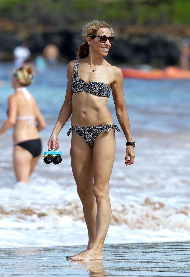 Шерил Кроу. 55-летняя исполнительница не стесняется продемонстрировать тело в раздельном купальнике.