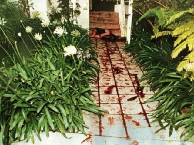 Тела погибших были обнаружены на дороге, ведущей к дому бывшей супруги Симпсона. Причиной смерти стали многочисленные колотые и резаные раны. Голова женщины была отделена от тело, а лицо сильно изуродовано.