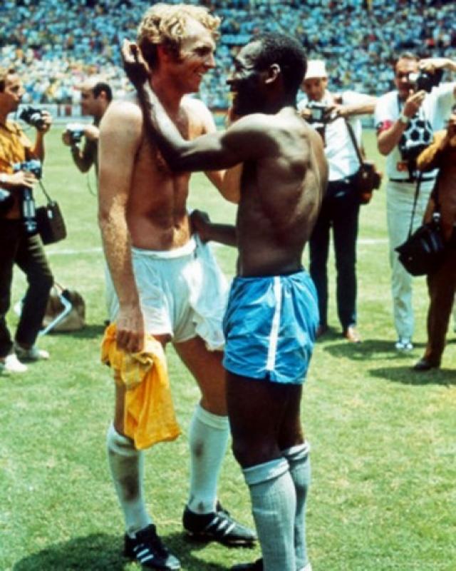 На Чемпионате мира по футболу 1970 года два легендарных капитана Пеле и Бобби Мур обменялись майками в знак взаимоуважения, фотографу повезло запечатлеть культовый момент.