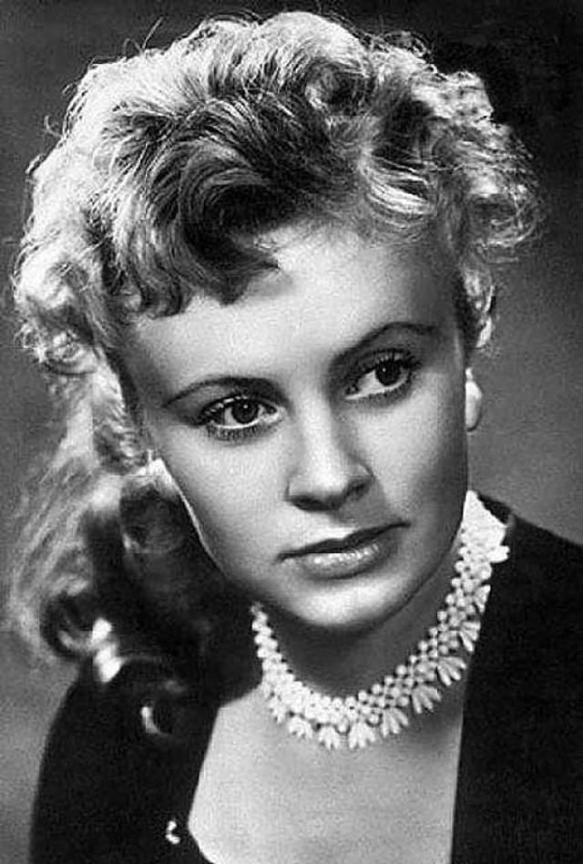"""Алла Ларионова. В 1953 году 22-летняя студентка ВГИКа произвела фурор на Венецианском кинофестивале, на котором главный приз получила сказка """"Садко"""", где она сыграла Любаву. Она стала звездой первой величины, поклонники следовали за ней толпами, а открытки с ее изображениями раскупали по всей стране миллионными тиражами."""