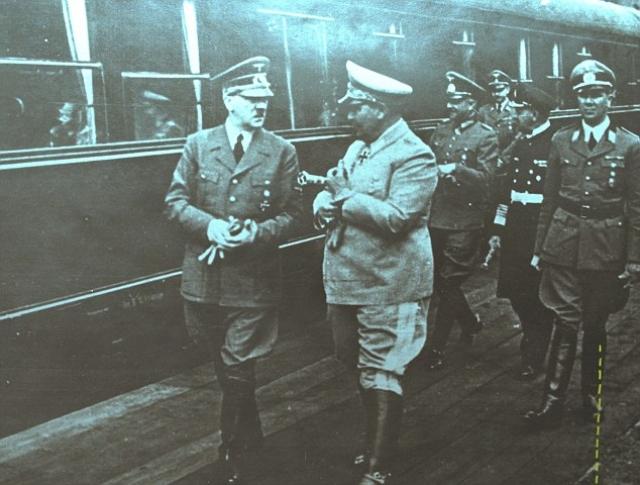 15 мая 1942 года группа лиц совершает нападение на поезд Гитлера в Польше. Несколько охранников фюрера были убиты, как и все нападавшие. Гитлер не пострадал.