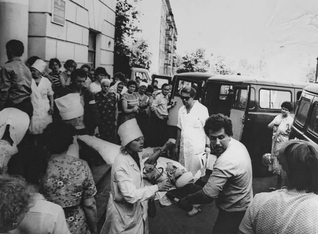 """Один из работавших в больнице врачей, увидев черный """"гриб"""", решил, что речь идет о ядерном ударе, - и попросил медсестер принести мокрые простыни, чтобы перетянуть ими окна: так учили спасаться от радиации. Вскоре двери поликлиники распахнулись и внутрь начали заходить раненые - сотнями. Водопровод не работал: раны промывали колодезной водой."""
