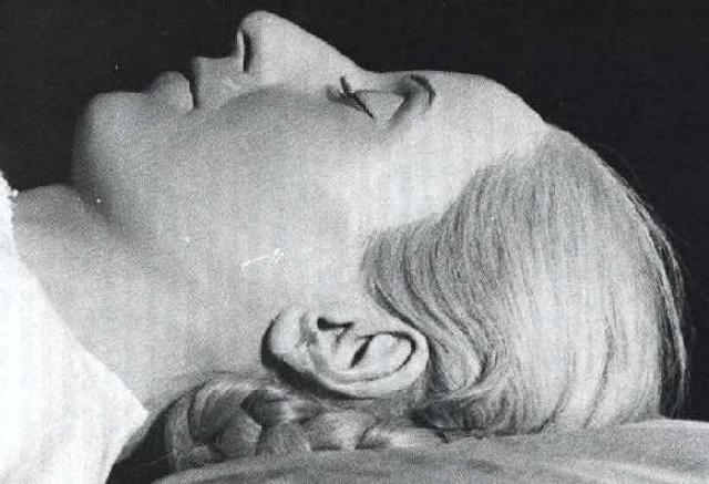 """Перон с новой женой, как ни странно, решили хранить мумию Эвы дома. Известно даже, что вторая супруга президента каждый день причесывала Эве волосы и усаживала труп за обеденный стол. Поговаривали даже, что женщина ложилась в гроб рядом с покойницей, """"надеясь впитать часть магической энергии Эвиты"""". Сегодня тело первой жены погребено в семейном склепе."""