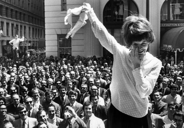 Эпоха феминизма подвергла бюстгальтер резкой критике. В конце 60-х он был объявлен «предметом порабощения», и даже название этого столь необходимого женщинам предмета туалета стало, по мнению воинствующих феминисток, безнравственным.
