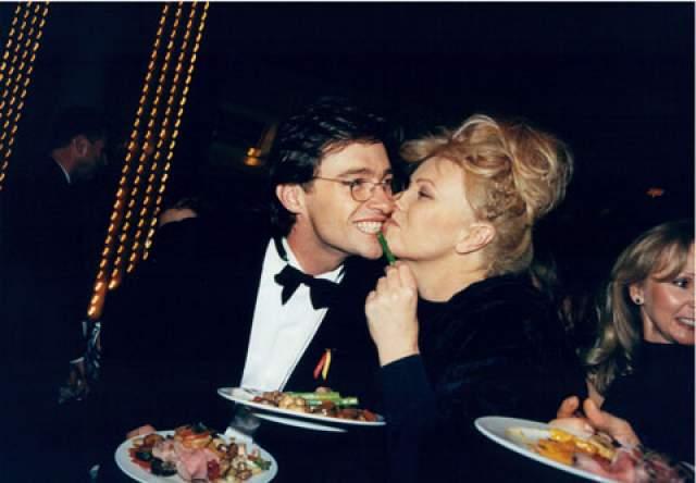 Они встретились в 1995-ом на съемочной площадке сериала Коррелли. Дебора-Ли была утверждена на главную женскую роль тюремного психолога Луизы Коррелли, Хью - на главную мужскую, заключенного Кевина Джонса. Спустя год они поженились.