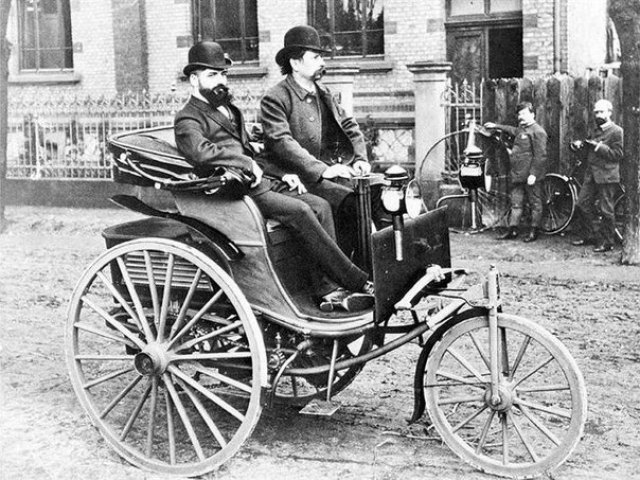 В 1885 году Карл впервые продемонстрировал свой трехколёсный самодвижущийся экипаж бюргерам Мангейма.