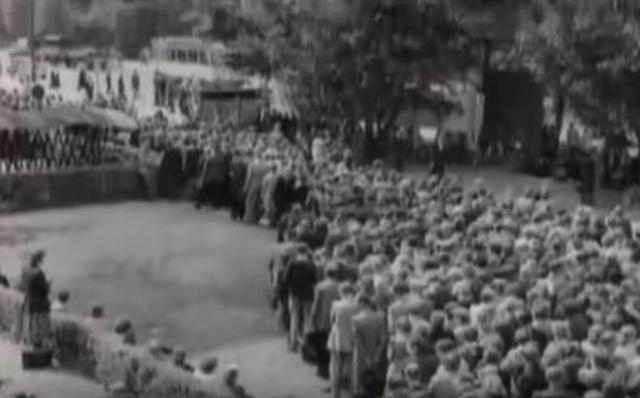 Военные попытались не допустить толпу к центру города, перегородив мост через реку Тузлов несколькими танками, БТРами и машинами, но большая часть людей просто перешла реку вброд.