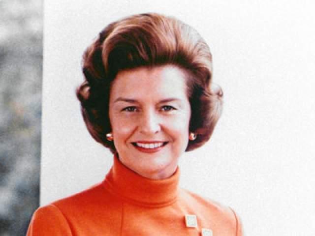 """Бетти Форд Будущая Первая Леди США объявила в 1970 году, что она борется с алкоголизмом. Когда она начала процесс восстановления, то открыто заявила, что ее отец и брат тоже были алкоголиками. Зависимость Бетти Форд от психотропных веществ иногда так сильно выходила из под контроля, что она принимала более 20 болеутоляющих таблеток в день и """"нормальное количество"""" алкоголя (пару коктейлей на вечеринках)."""