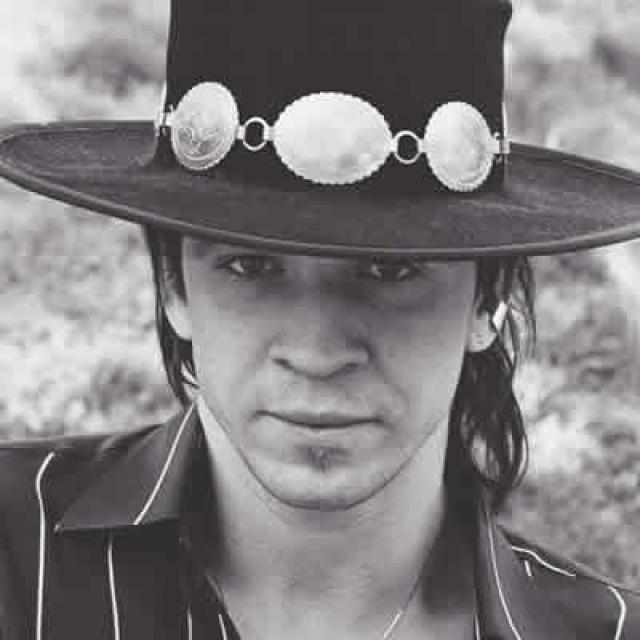 Стиви Рэй Вон. 27 августа 1990-го года произошла авария вертолета, на котором один из самых известных и влиятельных гитаристов в мире отбыл с фестиваля, где играл вместе с Бадди Гаем, Эриком Клэптоном и Робертом Крэем.