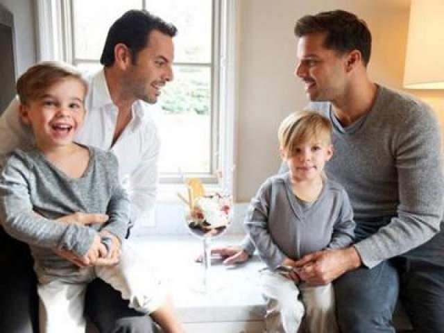 В ноябре того же года в нескольких телевизионных интервью артист выразил желание вступить в брак со своим бойфрендом, биржевым маклером Карлосом Гонсалесом Абеллой, с которым они вместе воспитывают близнецов.