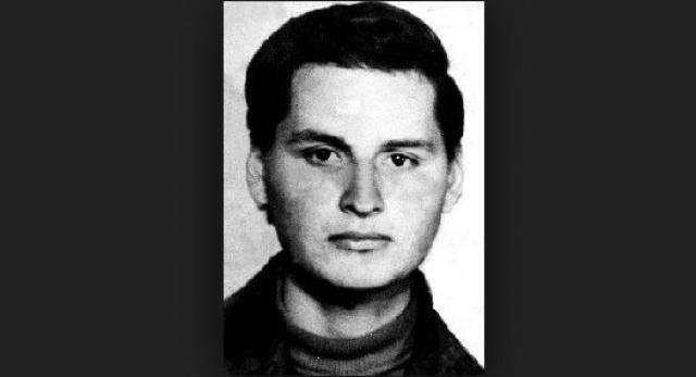 В 1964 г. уже в возрасте 14 лет он вступил в организацию Коммунистическая молодежь Венесуэлы, молодежное крыло Коммунистической партии. В 1965–1966 годах участвовал в демонстрациях и беспорядках на улицах Каракаса.