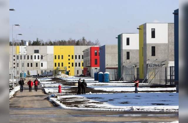 Виру - это комплекс из тюремных помещений и арестанского дома (СИЗО). 14 зданий комплекса соединяются между собой коридорами, а периметр территории в 16 га оборудован электронной системы слежения, что позволяет использовать меньше охранников.