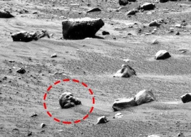 А в 2006 году Spirit сфотографировал предмет, напоминающий череп.