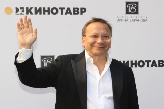 Некоторое время Игорь пробовал себя в другом амплуа: занимал должность вице-президента Российского фонда культуры, был директором Дома кино. Но телевидение не отпускало.