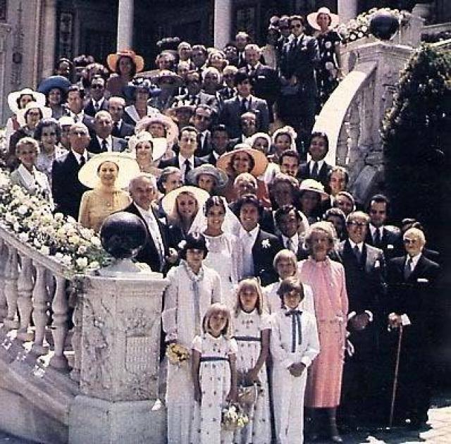 Свадьба состоялась в узком кругу членов королевской семьи и именитых друзей, в числе которых были Фрэнк Синатра и Грегори Пек.