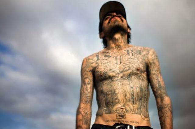 """Основателями банды стали тринадцать мексикано-американцев из Восточного Лос-Анджелеса, несколько из которых являлись членами банды Маравила. Сами себя они именовали Мексиканами, что переводится с языка науатль как """"тот, кто шагает с Богом в сердце""""."""