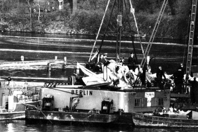 Герои погибли в английском секторе Западного Берлина в нескольких сотнях метров от советского сектора. И самолет поднимали со дна английские водолазы. 8 апреля состоялась траурная церемония передачи останков советских летчиков представителям Группы советских войск в Германии.