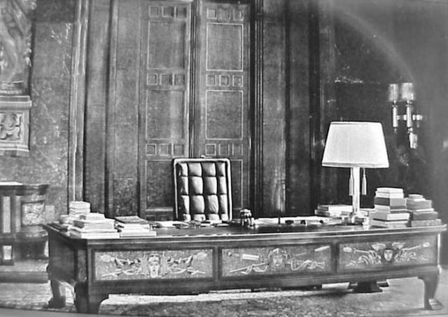 """Кабинет Адольфа Гитлера. За этим огромным столом он проводил много времени, читая книги и надиктовывая свои """"сладкие"""" речи машинисткам."""