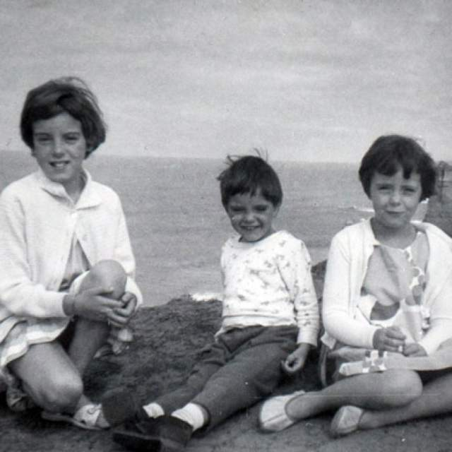 Исчезновение детей Бомонт. Джейн было 9 лет, Арнне - 7, Гранту — 4 года. Они часто на рейсовом автобусе ездили сами на пляж - городок небольшой, да и путь занимал не более 20 минут. 26 января они, как обычно, должны были вернуться домой к полудню, но ожидавшая их на остановке мать детей не увидела. И в следующем автобусе, спустя два часа, тоже. В 17.30 они сообщили о пропаже детей в полицию.