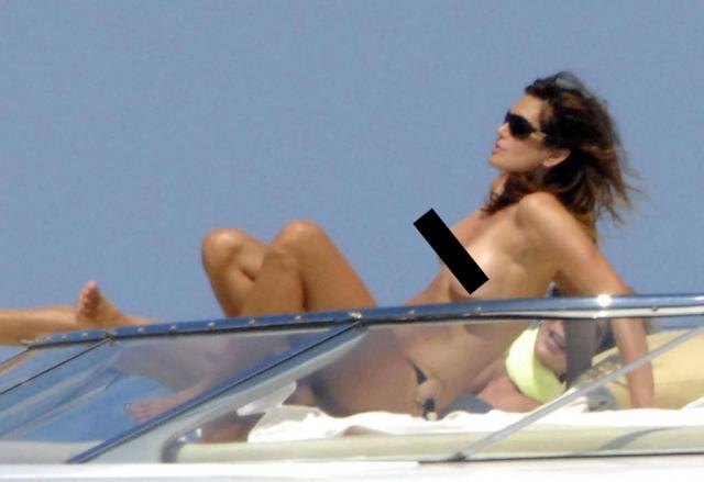 Синди Кроуфорд наслаждается солнечными ваннами.