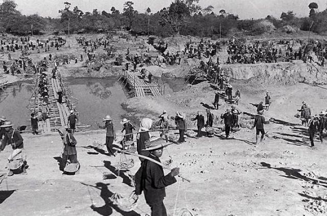 """Красные кхмеры также объявили безжалостную борьбу с """"пережитками"""" прошлого: закрывались школы, больницы, фабрики."""
