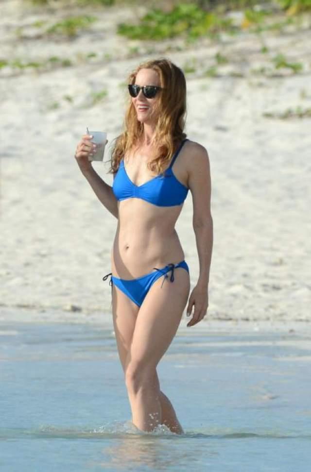 47-летняя блондинка Лесли Манн в отличной форме и наслаждается солнцем и море на Багамах.