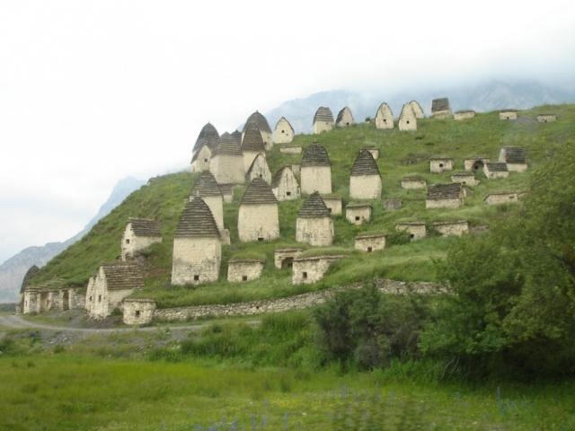 Даргавс, Северная Осетия. На фото не симпатичная деревушка с маленькими каменными домиками, как может показаться, а древний некрополь.