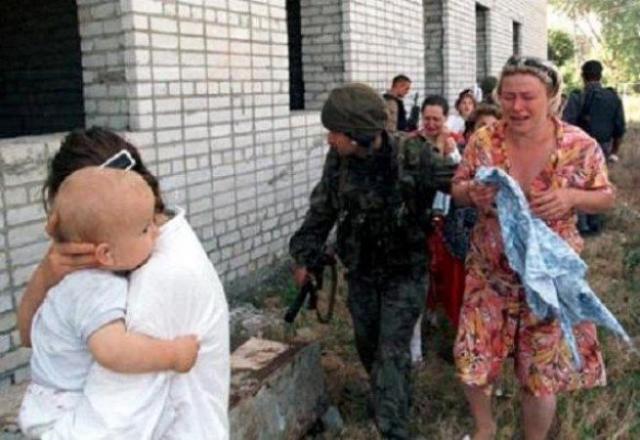 Все захваченные в городе заложники были сопровождены колонной в здания больничного комплекса города, где удерживались с 14 по 19 июня 1995 года.