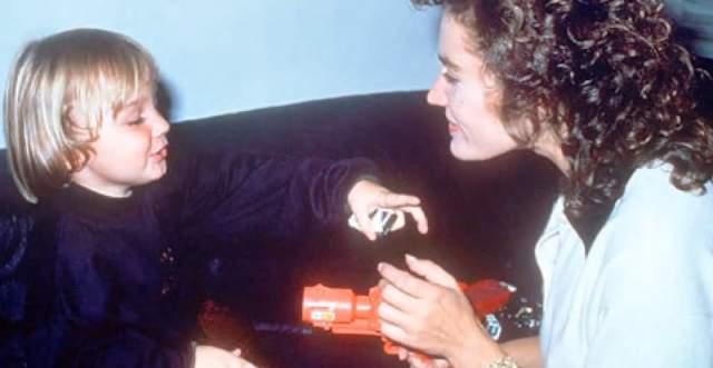 Вся боль от потери сына вылилась в песню Tears in Heaven - одну из самых знаменитых в творчестве Клэптона.
