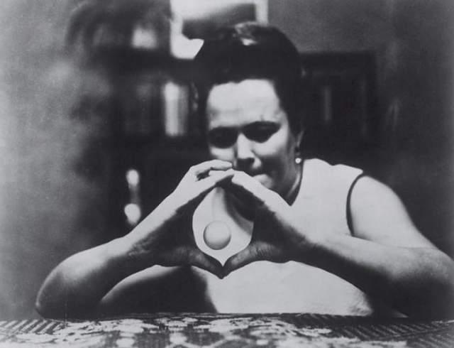 Нинель Кулагина, 1926-1990. Известность пришла к ней в середине 1960-х — после того, как ее уникальные способности получили широкую огласку и начали активно изучаться: Женщина заявляла, что умеет читать с закрытыми глазами, а когда она сердится, предметы начинают передвигаться.