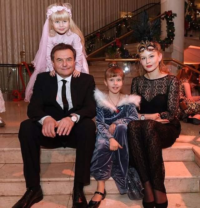 В 2009 году Юлия родила дочь Анну, а в 2012 - Машу. Отношения с женатым режиссером актриса по-прежнему никак не комментирует.