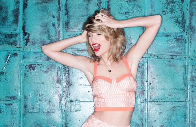 Тейлор Свифт 2015 Свит назвали самой высокооплачиваемой знаменитостью с доходом в 170 миллионов долларов. В 2017 году певица заняла третье место в списке самых высокооплачиваемых певиц, составленным журналом Forbes.