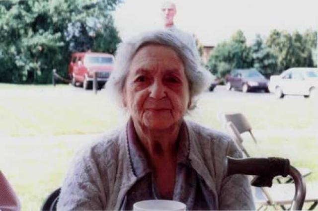 История этого фото также широко известна. Снимок сделан перед тем, как родственники увезли старушку в дом престарелых. Как утверждается, сзади нее появился и ее супруг, умерший 13 лет до этого.