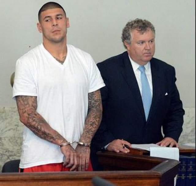 """Следствие доказало, что именно Эрнандес расстрелял автомобиль, в котором находились два молодых человека. Экс-игрок """"Нью-Ингленд Пэтриотс"""" приговорен к максимальной мере наказания в штате Массачусетс - пожизненному заключению."""