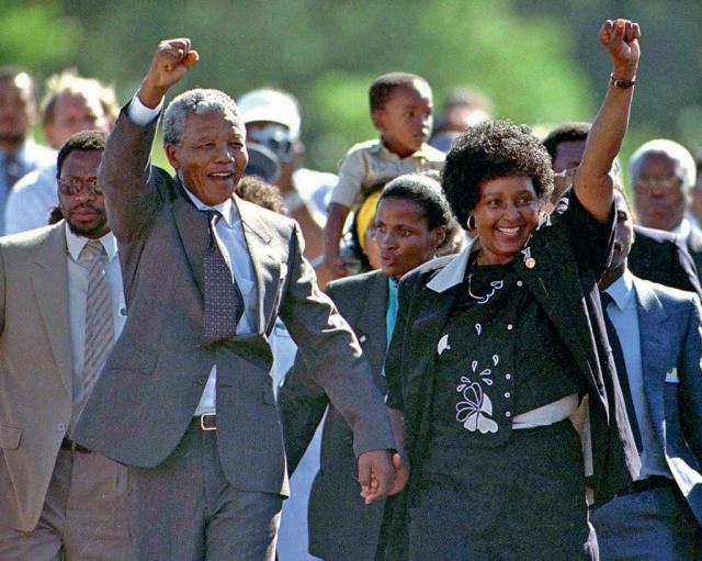 Он был освобожден лишь в 1990 году и через год возглавил АНК. В 1993 году Мандела и президент ЮАР Ф.де Клерк были удостоены Нобелевской премии мира за борьбу против аппартеида. 10 мая 1994 года Нельсон Мандела стал первым чернокожим президентом ЮАР.
