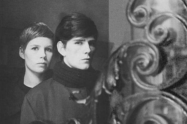 В 1961 году во время вторых гастролей группы в Гамбурге Стюарт Сатклифф влюбился в молодую художницу и фотографа Астрид Кирхгерр. Именно она придумала легендарные битловские стрижки и предложила ребятам надеть вместо потертых косух пиджаки по крою Пьера Кардена - без воротников.