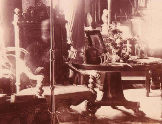 А все остальные в это время были почти в четырех милях от дома на похоронах лорда. После проявки все сразу же заметили на снимке очертание головы и рук человека, сидящего в любимом кресле хозяина.
