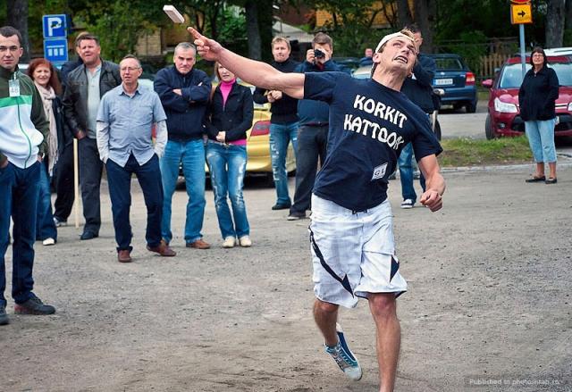 Чемпионат мира по метанию мобильных телефонов. Данный вид спорта вновь родом из Финляндии. Это необычное соревнование проводится в городке Савонлинне с 2000 года.