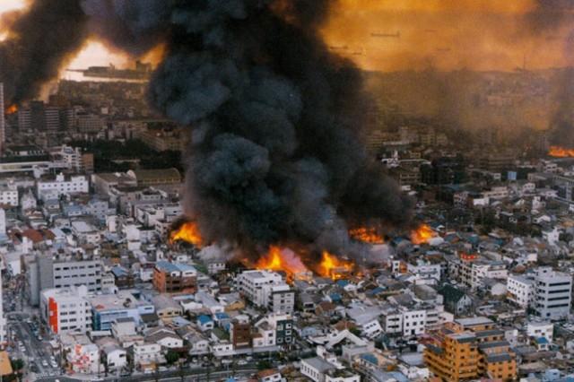 Землетрясение в Кобе. Одно из крупнейших землетрясений в истории Японии произошло 17 января 1995 года в 05:46 местного времени. Его магнитуда составила 7,3 шкале Рихтера. Очаг был расположен под островом Авадзи на глубине 15-20 км, и был связан с тектоническим разломом, проходящим в проливе Акаси прямо под городом.