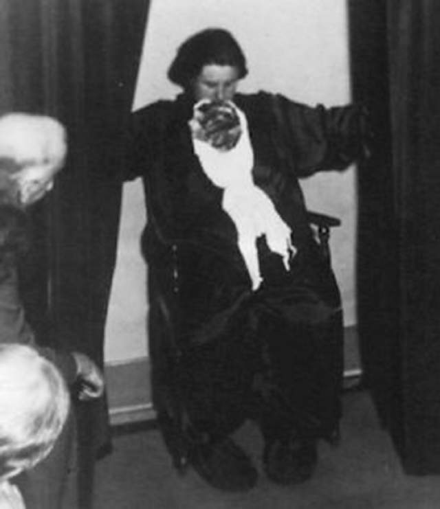 """В Великобритании даже разразился скандал, связанный со скоропостижной кончиной Хелен Дункан в 1956 году (по мнению специалистов, медиум умерла от эктоплазматического удара). В результате чего """"Закон о колдовстве"""" был отменен, а некоторые его пункты были перенесены в """"Закон о лже-медиумах""""."""