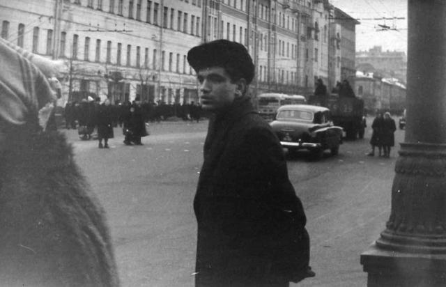 Все это негативно отразилось на его психике, Шпаликов покончил с собой, повесившись на собственном шарфе в Доме творчества в Переделкино.
