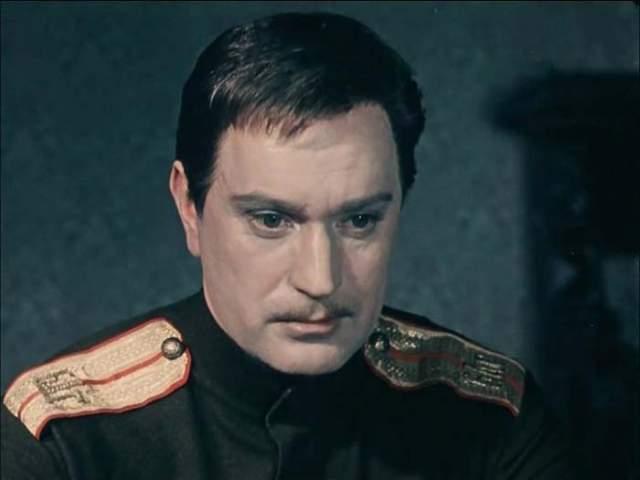Николай Гриценко. Народный артист СССР под конец жизни сильно пил, а кроме того страдал от постоянной мании того, что его пытаются обокрасть. В психиатрическую лечебницу его отправила последняя молодая жена.