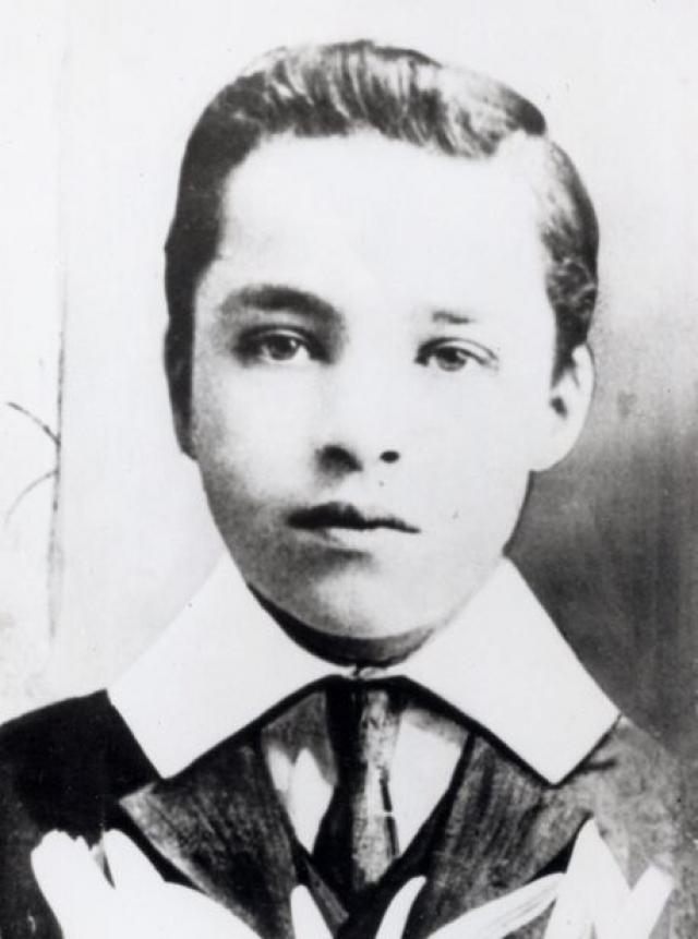 Чарли Чаплин родился в 1889 году в Лондоне - комик на четыре дня старше Гитлера.