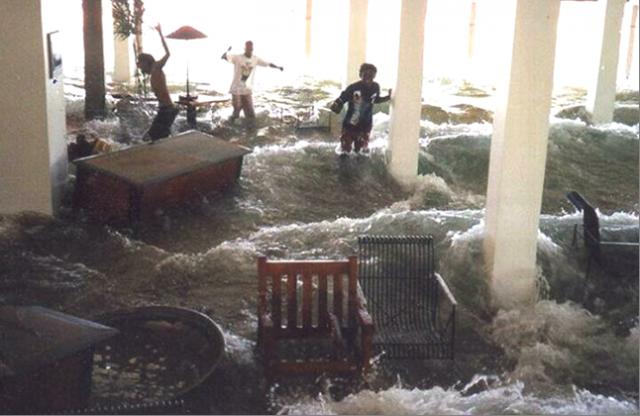 Суматра, Андаманские и Никобарские острова, Таиланд, Малайзия, Бирма, Бангладеш: в течение трех часов цунами, двигавшееся на восток, достигло берегов, опустошило их и подошло к материку, уже потеряв свою силу. Но на запад от эпицентра направилась точно такая же разрушительная стена воды.