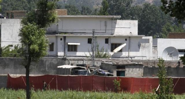12-летняя дочь бен Ладена была ранена в ногу или лодыжку осколками. Во время атаки SEAL столкнулись с несколькими женщинами и детьми. Они связали их и оставили на месте до окончания атаки, после чего вывели их наружу для передачи пакистанским силам.