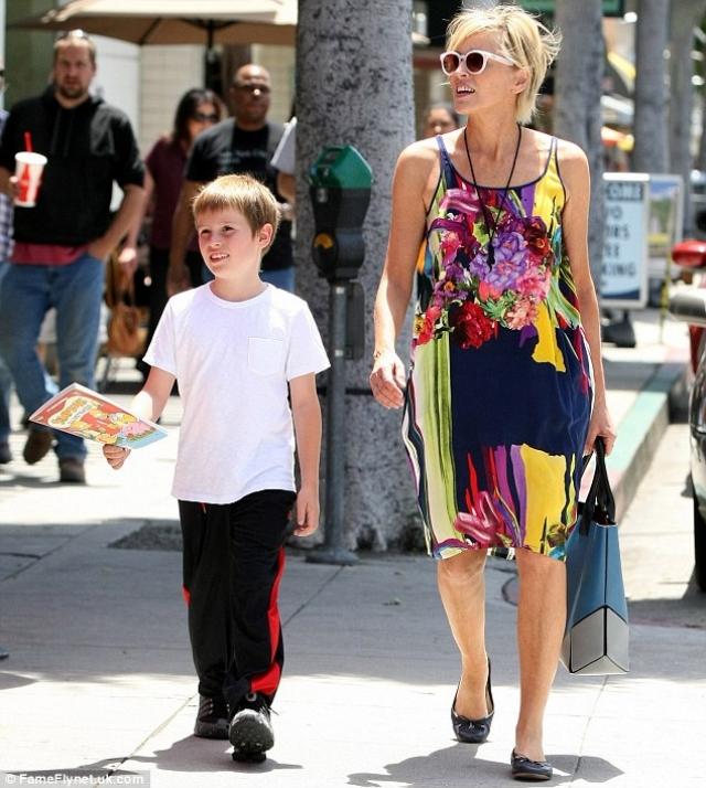 Однако, стало известно, что второй сын Шэрон - Лэрд Вонн - появился на свет в обстановке строжайшей секретности с помощью суррогатной матери, а после рождения мальчика актриса его же и усыновила.